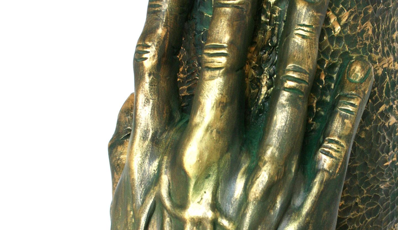 Alcanzando II (Chamota esmaltada en bronce)